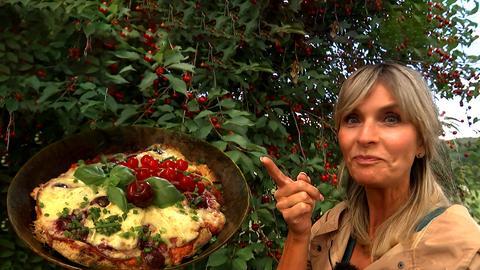 herkules-Moderatorin Susanne Barfuß steht vor einem Kirschbaum.
