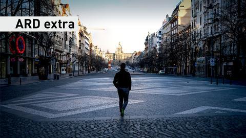 ARD extra vom 23.03.2021: Eine Person steht auf einer verlassenen Straße.