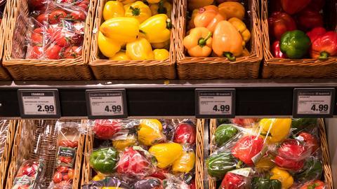 Gemüse in Plastik verpackt und ohne Plastik im Supermarkt