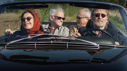 Sylva (Angela Winkler), Heinrich (Peter Franke, 2. v. li.), Edward (Dietrich Mattausch, 2. v. rw.) und Georg (Matthias Habich) machen eine Spritztour.