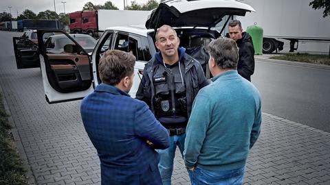 Filmszene: Polizisten kontrollieren ein Auto