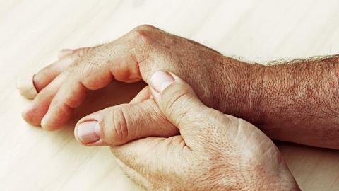 Ein Mann hält sich die Hände.