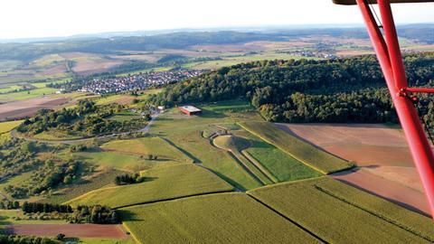 Luftbild der Keltenwelt Glauberg im Sommer.