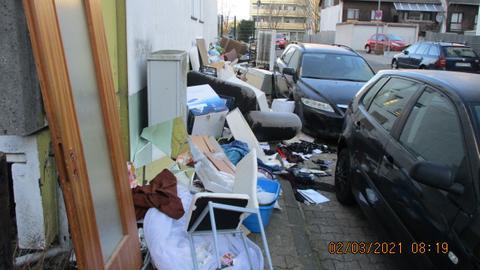 Müll in Frankfurt-Nied auf dem Bürgersteig.