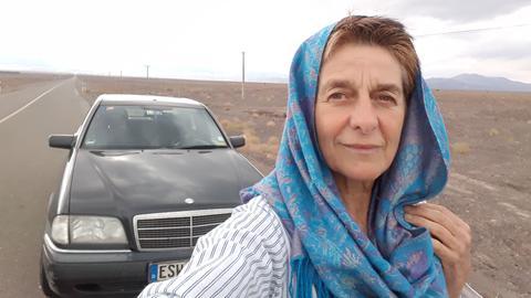 Margot Flügel-Anhalt und ihr Oldtimer in Pakistan.