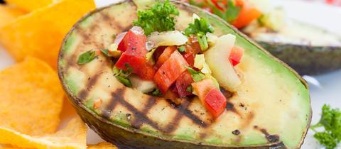 Avocado vom Rost mit Rucola-Gurkensalsa