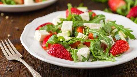 Rucola-Erdbeer-Salat in einem Teller angerichtet.