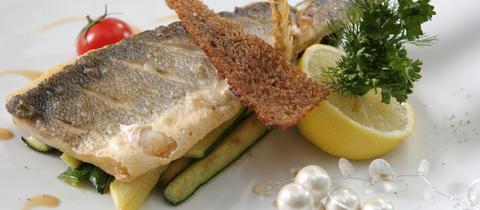 Gegrillter Fisch mit gegrillten Zucchini