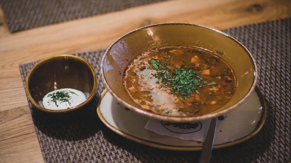 Rezept - Hackfleisch-Auberginen-Eintopf mit krossen Kichererbsen und Joghurt