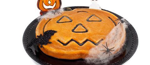 Kuchen mit Spinnen und Kürbisgesicht.