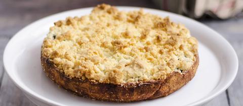 Ein Mohn-Streusel-Kuchen auf einem Teller.