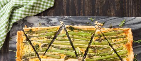 Hausgemachte Tarte mit frischem grünem Spargel