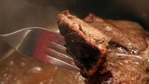 Rinderbraten während der Zubereitung Ein Rinderbraten in einem Topf während der Zubereitung in passender Soße.