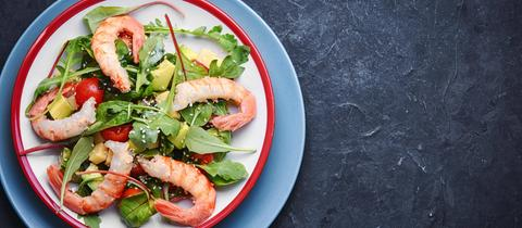 spring salad with large shrimp,avocado,tomato and rucola
