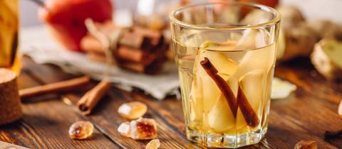 Ein Cocktail auf einem Tisch gefüllt mit Ginger Thyme Cooler