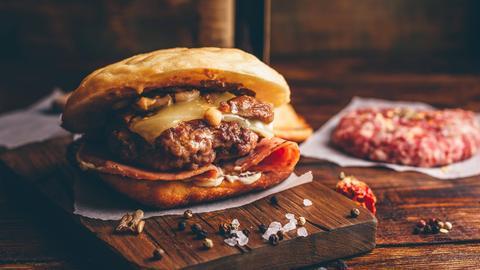 Burger auf einem Holzbrett
