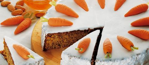 Angeschnittener Karottenkuchen mit Glasur.