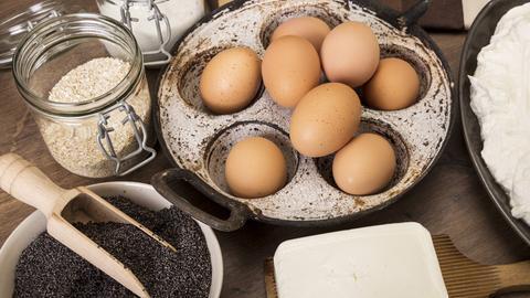 Die Zutaten für den Mohnkuchen auf einer Arbeitsfläche
