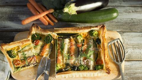 Vegetarische Quiche auf einem Brett