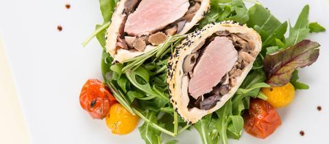 Schweinefilet im Mantel auf Salat.