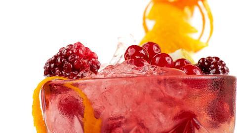 Ein Cocktail Glas mit Beeren