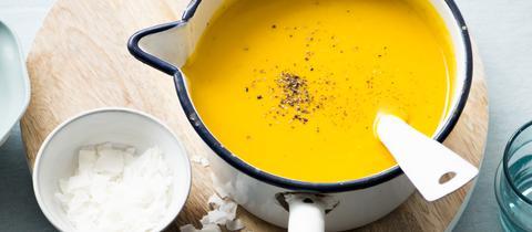 Süßkartoffel-Kokos-Suppe mit Zimtcroutons und Granatapfel