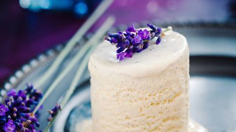 Vanille-Eis-Parfait mit Lavendel
