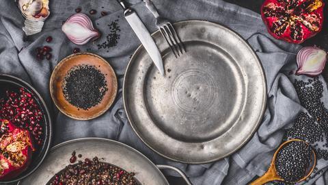 Belugalinsen und Granatapfelkerne auf einem Tisch dekoriert.