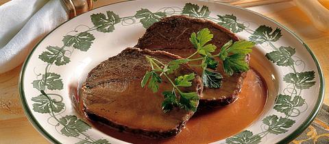 Sauerbraten auf einem Teller