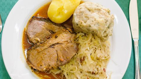 Schweinebraten mit Klösen, Kartoffel und Sauerkraut