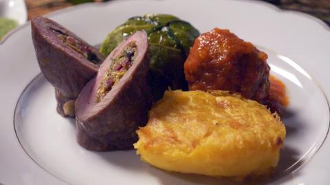 Alis Lamm-Rouladen mit Kartoffel-Curry-Stampf, Wirsing-Pralinen und Köfte