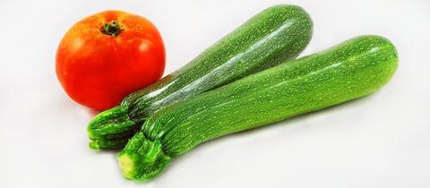 Zucchini und Tomate