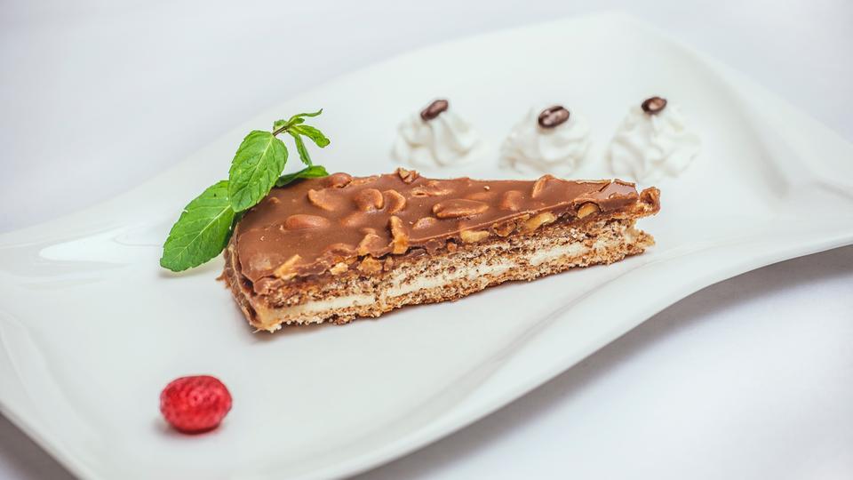 Schokoladen Pekannusstarte mit gebrochenen Kakaobohnen