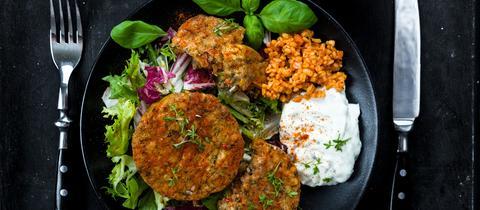 Bratling mit Dip und Salat