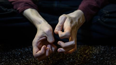 Die verkrampften Hände eines Autisten