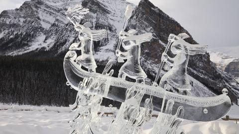 Eine Eisskulptur mit mehreren Menschen in einem Boot.