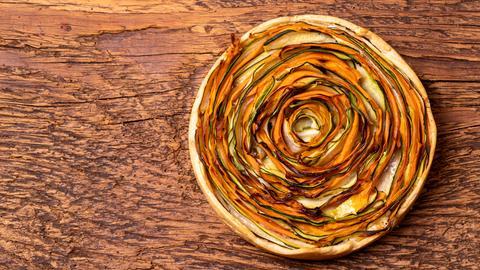 Kuchen mit Zucchini auf Holz