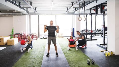 Ein Gruppe Rentner im Fitness-Center