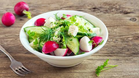 Radieschensalat mit Gurken und Fetakäse