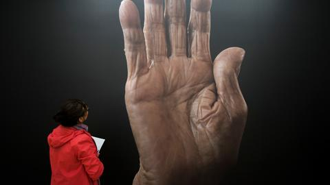 Bild einer faltigen alten Hand von Fotograf Karsten Thormaehlen im Museum.