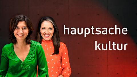 Bannerbild Hauptsache Kultur mit den beiden Moderatorinnen Cecile Schortmann und Selma Üsük.