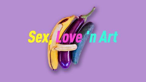 """Eine Banane, eine längliche Aubergine und eine Salatgurke liegen in Löffelchenstellung beieinander. Die Schale der Banane ist heruntergezogen. Es wirkt so, als lege die Banane einen """"Arm"""" um Aubergine und Gurke. Text: Sex, Love 'n Art."""