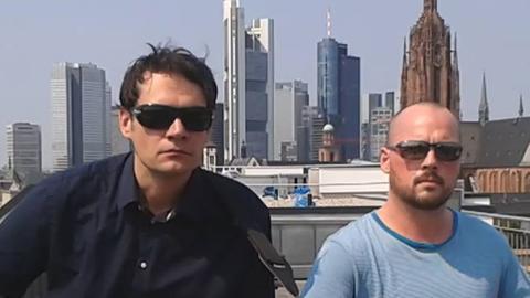 Zwei Männer vor Frankfurter Skyline