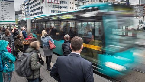 Fahrgäste stehen  in Frankfurt   an einer Haltestelle für Busse und Straßenbahnen an der Konstablerwache in der Innenstadt.