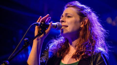 Frau auf Bühne