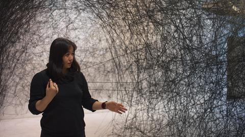 Frau vor Kunstwerk