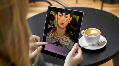 Blick auf Digitorial zur Ausstellung / Frau betrachtet Tablet