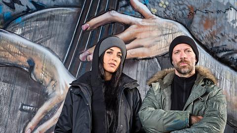 Mann und Frau vor Wandmalerei