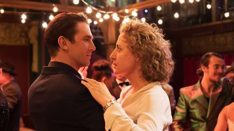 Fasziniert beobachtet Alma (Maren Eggert, r.) den für sie persönlich programmierten Androiden Tom (Dan Stevens, l.) beim ersten Treffen in einem Tanzclub.