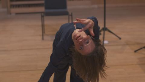 Frau verbiegt Körper zu Musik